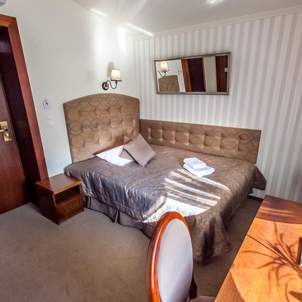Pokój jednoosobowy Lux (z mniejszym łożem małżeńskim)